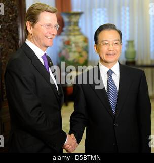 Le Premier ministre chinois Wen Jiabao (R) greetsGerman Ministre des affaires étrangères, Guido Westerwelle (L) à Beijing, Chine, 15 janvier 2010. Au cours de son premier voyage en Asie, il est en visite en Chine après le Japon. Photo: Michael Hanschke