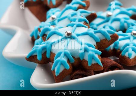 Bande de gingerbread cookies décorés dans un bol Banque D'Images