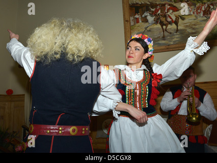 Danseurs en costume national, Cracovie, Pologne Banque D'Images