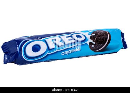Un paquet de biscuits Oreo cookie original sur un fond blanc Banque D'Images