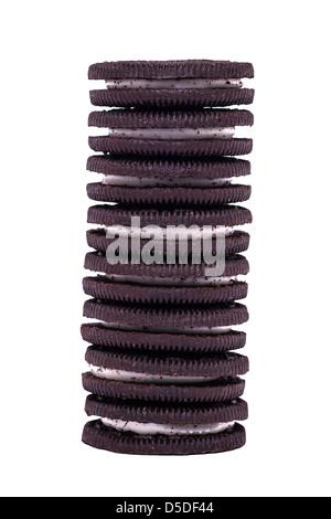 Une pile de biscuits Oreo cookie original sur un fond blanc Banque D'Images