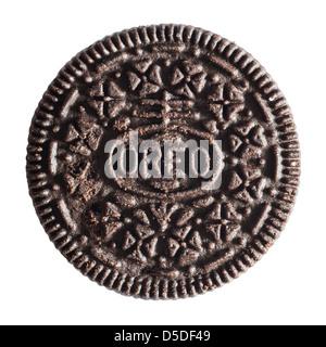 Un biscuit Oreo cookie original sur un fond blanc Banque D'Images