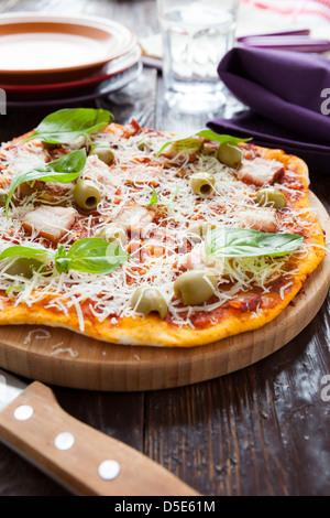 Des pizzas aux lardons sur le conseil et le couteau, gros plan Banque D'Images