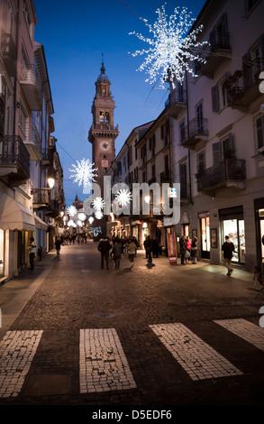 La croissance étonnante sur de superbes sombre rue principale de petite ville avec la lumière des étoiles Banque D'Images