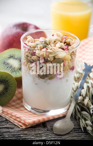 Petit-déjeuner sain avec du yaourt et muesli, selective focus Banque D'Images