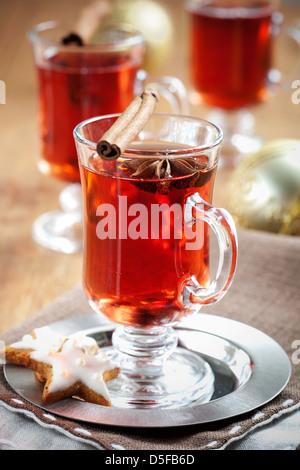 Vin chaud avec des bâtons de cannelle et gingerbread cookies Banque D'Images