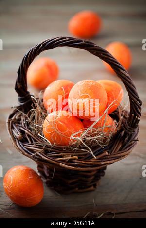 Les oeufs de pâques orange vif avec selective focus Banque D'Images