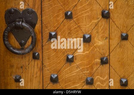 Heurtoir en forme de cœur sur la porte en bois Banque D'Images