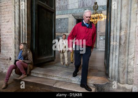 Les touristes des promenades dans le musée Sainte-Sophie, Istanbul, Turquie. Banque D'Images