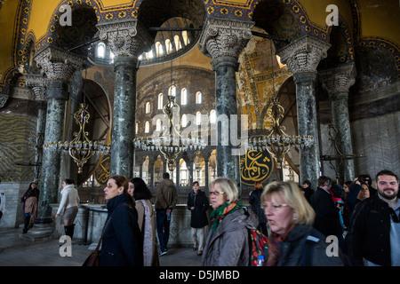Bondée de touristes en vue d'Istanbul Sainte-sophie, la Turquie. Banque D'Images