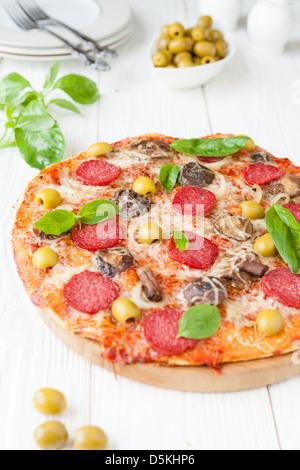 Pizza au salami et tranchées, Mushrooms closeup Banque D'Images