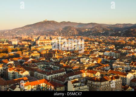 Vue de la ville de Turin depuis le sommet de la Mole Antonelliana, avec la colline de Superga en arrière-plan.