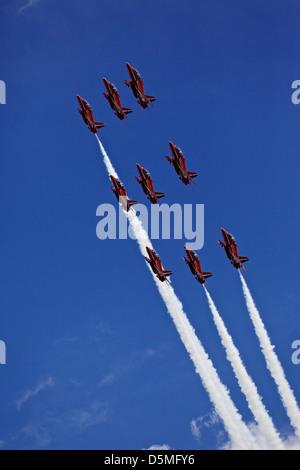 Des flèches rouges RAF aerobatics display team en formation au-dessus de Lyme Regis, dans le Dorset, UK Banque D'Images