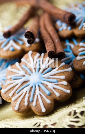 Gingerbread cookies décorés de blanc et bleu Banque D'Images