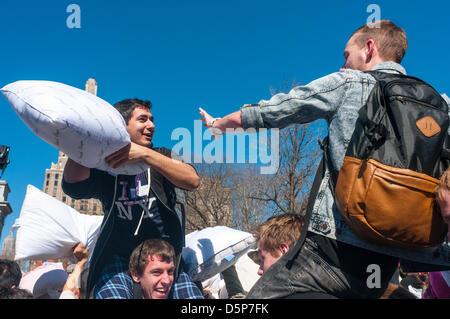 New York, NY, USA. 6 avril 2013 Journée internationale de lutte contre l'Oreiller à Washington Square Park.