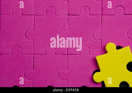 Pièces de puzzle texturé qui montrent étant différente, originale, sur fond noir spécial...