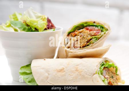Pain pita falafel sandwich roulé rouleau middle east food arabe traditionnel Banque D'Images
