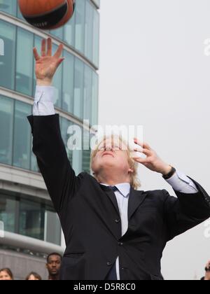 Londres, Royaume-Uni. 8 avril 2013. Boris Johnson tournage quelques paniers. Le maire de Londres Boris Johnson fait la promotion de la 2013 Turkish Airlines Euroleague Final Four Basket-ball événement pour être joué à l'O2 du 10 au 12 mai 2013, et de révéler le programme d'activités gratuites qui auront lieu conjointement avec l'événement pour obtenir les Londoniens impliqués avec le basket-ball.