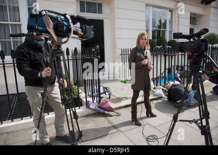 Recueillir des médias à la London residence sur Chester Square de la baronne Margaret Thatcher à la suite de l'annonce Banque D'Images