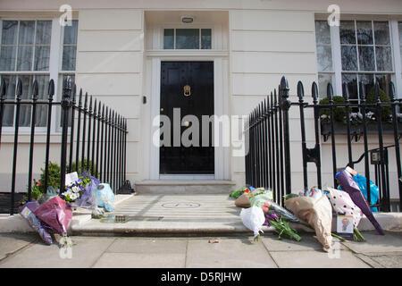Des fleurs et des messages à la London residence sur Chester Square de la baronne Margaret Thatcher à la suite de Banque D'Images