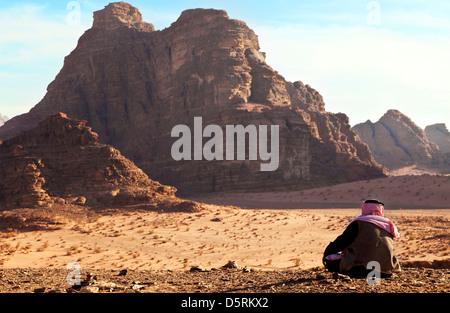 Un Bédouin homme assis dans le Wadi Rum, Jordanie Banque D'Images