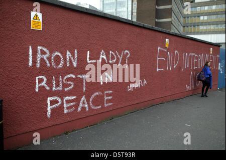 Falls Road, Belfast, Irlande du Nord, Royaume-Uni 9 avril 2013 le graffiti, se moquant du mort de Lady Thatcher Banque D'Images