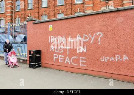 Belfast, Royaume-Uni. 9 avril 2013. Après une fête de rue dans la région, l'anti-graffiti Thatcher apparaît sur Banque D'Images