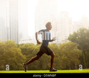 Man running in urban park Banque D'Images