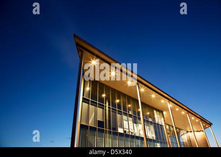 Bâtiment moderne éclairé au crépuscule Banque D'Images