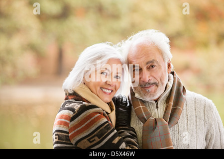 Vieux couple smiling together in park Banque D'Images