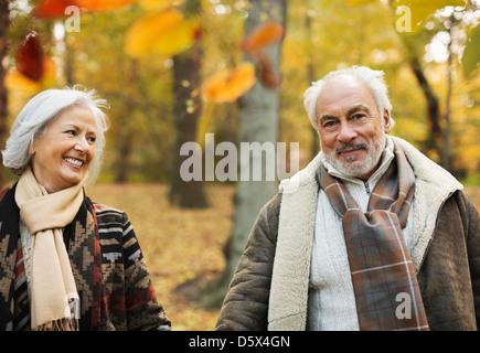 Vieux couple walking in park Banque D'Images