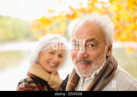 Vieux couple standing in park Banque D'Images