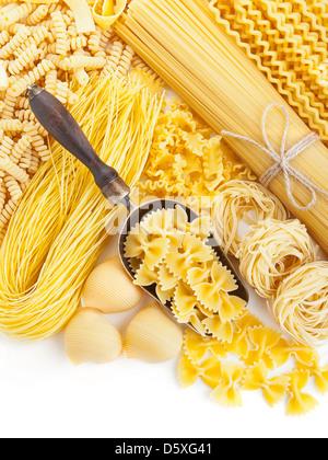 Assortiment de pâtes alimentaires non cuites sur fond blanc Banque D'Images