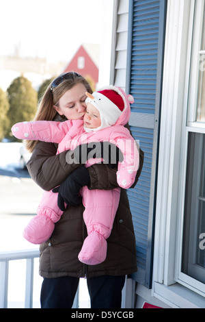 Woman Kissing Baby Girl Banque D'Images