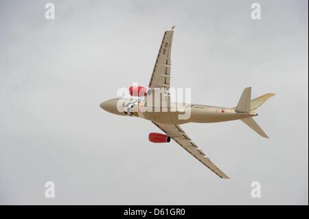 Un avion de Gulf Air vole bas juste avant le Grand Prix de Formule 1 de Bahreïn au Circuit International de Sakhir, Banque D'Images