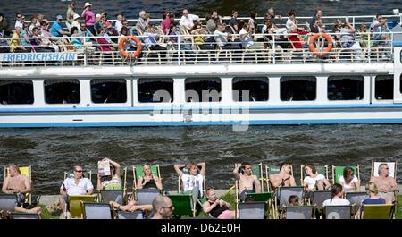 Les gens profiter du beau temps sur les bords de la Spree à Berlin, Allemagne, 20 mai 2012. Photo: Hannibal Banque D'Images