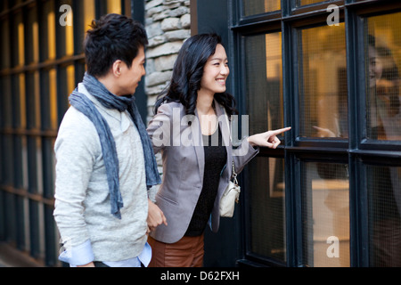 Sweet young couple faisant du lèche-vitrine en ville rue Banque D'Images
