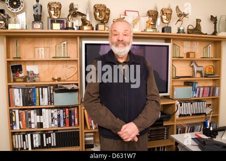 Mike Leigh réalisateur et écrivain photographié à son bureau à Soho, Londres, Angleterre. Banque D'Images