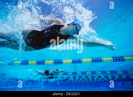 Les nageurs professionnels swimming in pool Banque D'Images