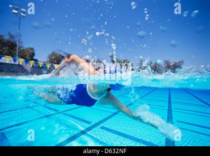 Femme nageur dans United States maillot de natation en piscine Banque D'Images