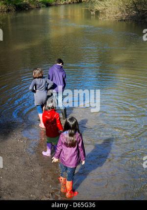 Des enfants jouer et s'amuser dans la rivière par un après-midi ensoleillé Banque D'Images