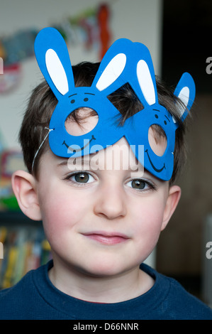 Portrait d'un enfant avec un masque de lapin Banque D'Images