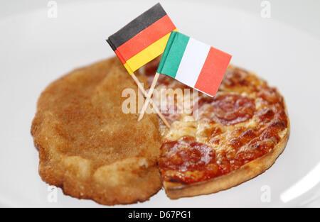 ILLUSTRATION - An illustrated photo montre une escalope avec un drapeau italien et une pizza avec un drapeau allemand Banque D'Images