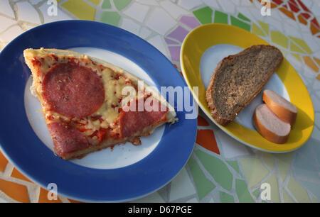 ILLUSTRATION - An illustrated photo montre une assiette avec une tranche de pain gris et de la viande froide et Banque D'Images