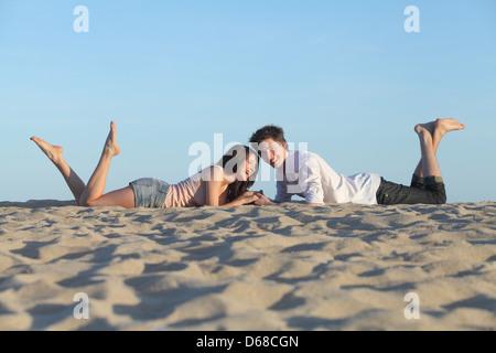 Libre reposant sur le sable d'une plage avec le ciel en arrière-plan Banque D'Images