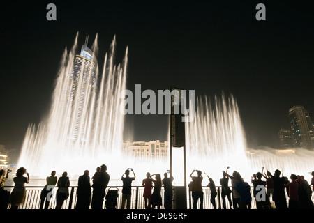 Vue nocturne de la fontaine de Dubaï à Dubaï Mall au centre-ville de Dubaï Émirats Arabes Unis Banque D'Images