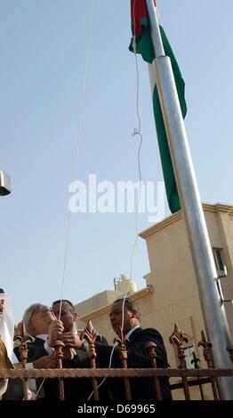 15 avril 2013 - Koweït, Koweït, Koweït - Le président palestinien Mahmoud Abbas soulève le drapeau palestinien au Banque D'Images