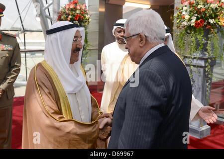 15 avril 2013 - Koweït, Koweït, Koweït - Le président palestinien Mahmoud Abbas, droite, serre la main avec l'Emir Banque D'Images
