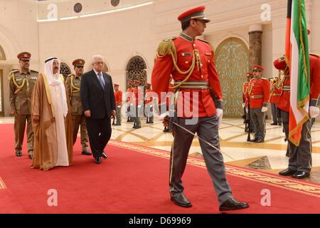 15 avril 2013 - Koweït, Koweït, Koweït - Le président palestinien Mahmoud Abbas, Droite, commentaires les honneurs Banque D'Images
