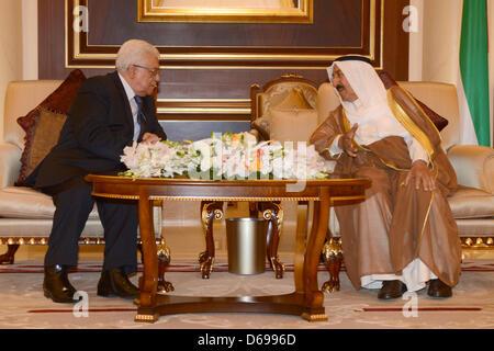 15 avril 2013 - Koweït, Koweït, Koweït - Le président palestinien Mahmoud Abbas, à gauche, s'entretient avec l'Émir Banque D'Images